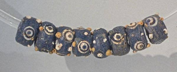 Pottery and glass beads from a Samnite tomb